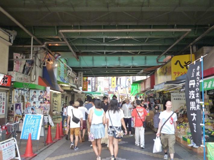 Bajo las vías de la Yamanote Sen