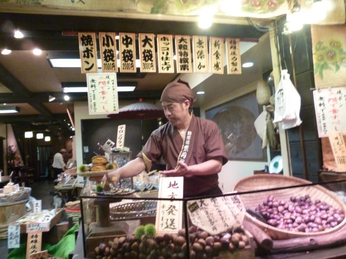 Tienda de castañas en Nishiki Ichiba Kioto