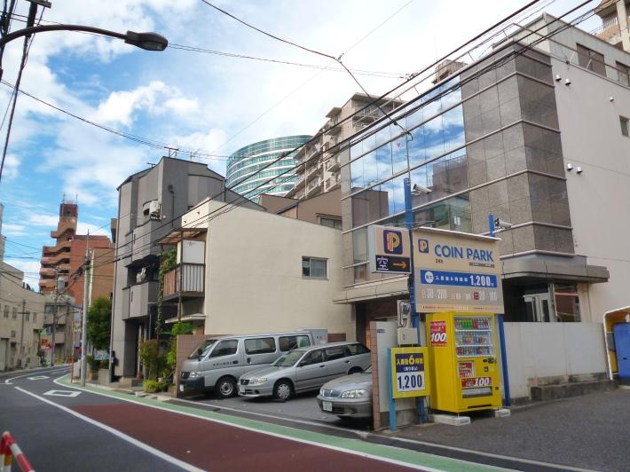 Calle en el barrio de Bunkyo (Tokio), edificio de Toppan al fondo