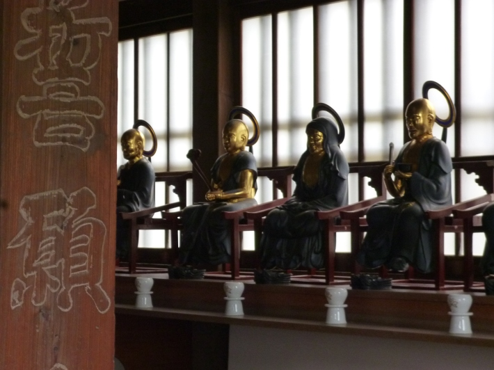 Detalle de figuras dentro de un templo de la zona de Terajima
