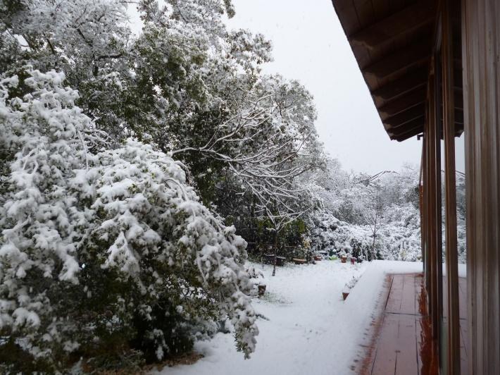 Engawa nevado. Mi casa en El Jardinito, Sierra de Córdoba
