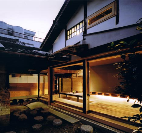 Engawa de una casa japonesa. Arquitecto: Tadashi Yoshimura. Fotografía: Hitoshi Kawamoto. Vía dezeen.com