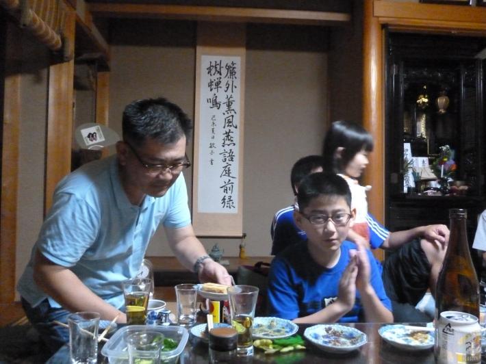 Miembros de la familia Takahashi en la celebrando el O-Bon, Kioto