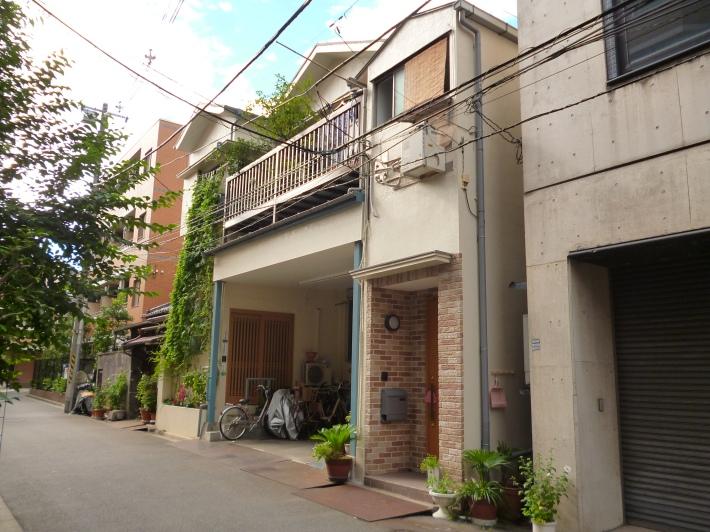 Casa de la familia Matsumoto en el barrio Bunkyo de Tokio. La parte baja solía ser la imprenta familiar