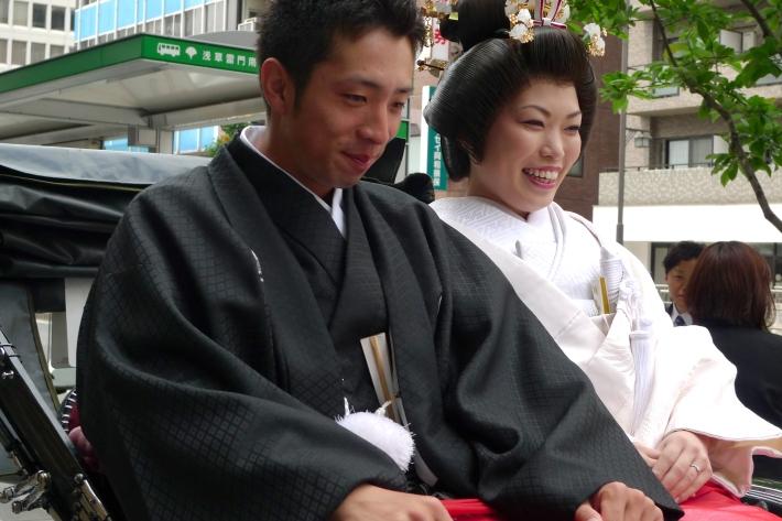 Imagen de boda cerca de Asakusa, novios en Palanquín