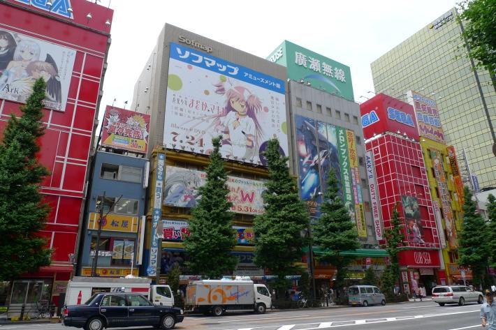 Edificios tematizados con lo último en manga, videojuegos y tecnología. Chûo Dôri en Akihabara.