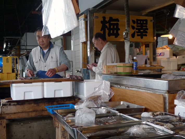 Pescaderos preparando los cortes de sus piezas