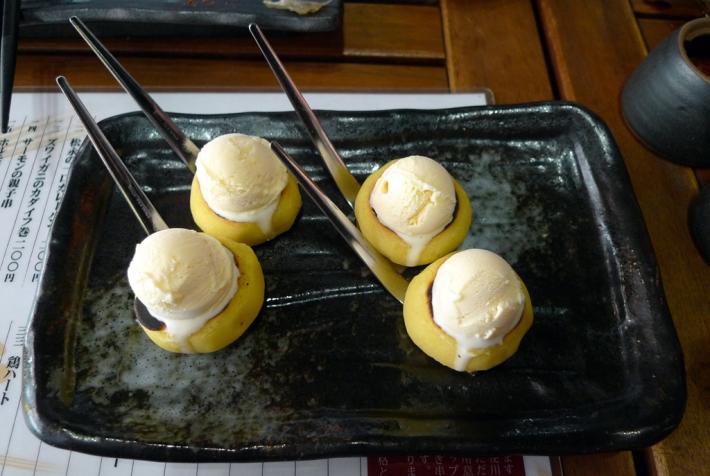 De postre helado de vainilla en buñuelo de batata