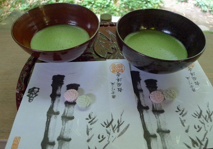 Matcha en la casa de té del bosque de bambú en Hokokuji