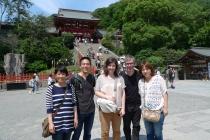 Delante de Tsurugaoka Hachimangu (Yôko, Yasu, Rosa, Nacho y Yumi)