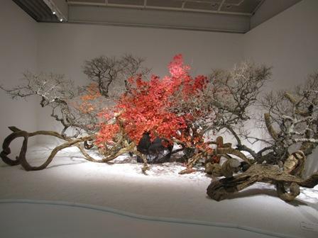 Pieza de la exposición anual sôgetsu 2011 con hojas de arce y viñas de wisteria