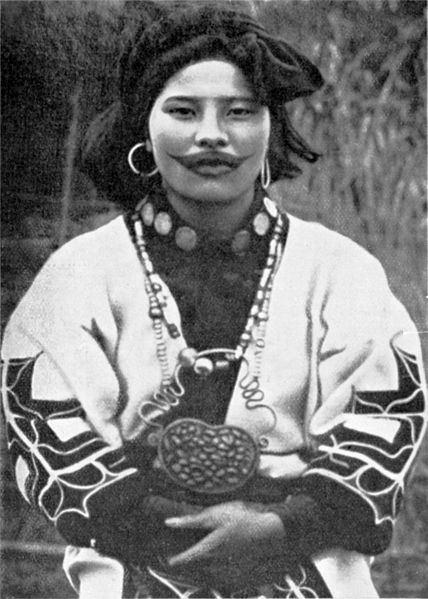 Chica ainu con su collar tamasay