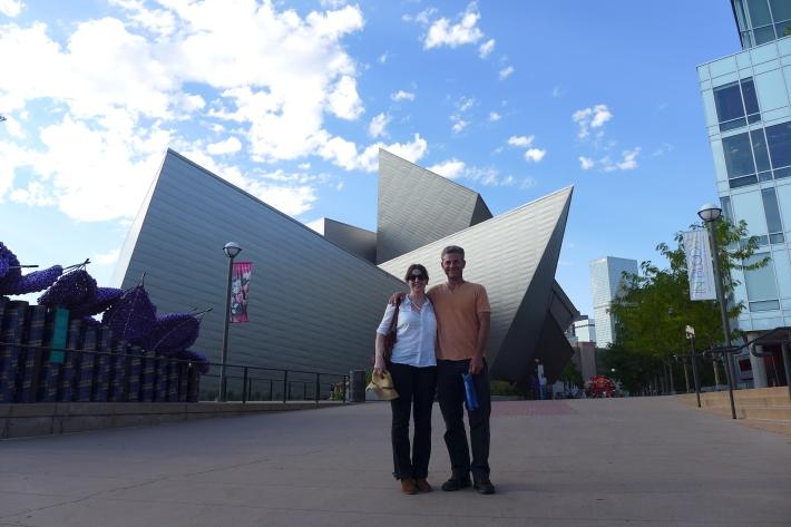 Con mi cuñado delante del museo de arte contemporáneo de Denver