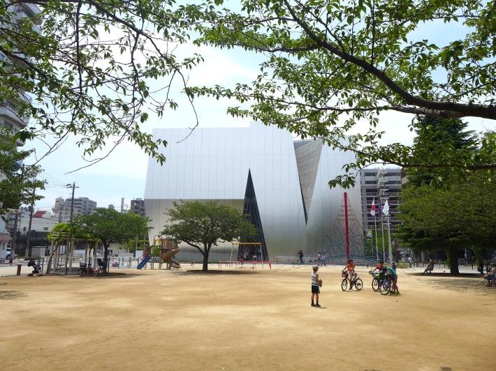 Niños jugando en la plaza del museo