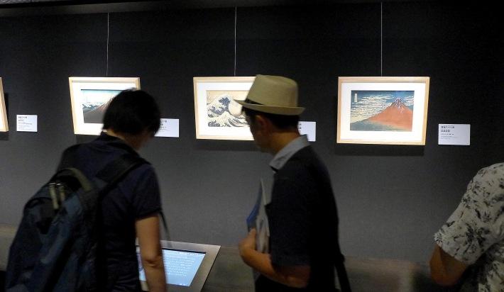 Visitantes viendo La Gran Ola o Las Vistas del Monte Fuji